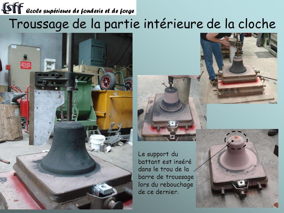 Troussage de la partie intérieure de la cloche Le support du battant est inséré dans le trou de la barre de troussage lors du rebouchage de ce dernier.