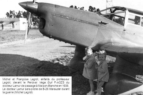 Michel et Françoise Lagrot, enfants du professeur Lagrot, devant le Percival Vega Gull F-AOZS du docteur Lamur de passage à Maison-Blanche en 1938. Le