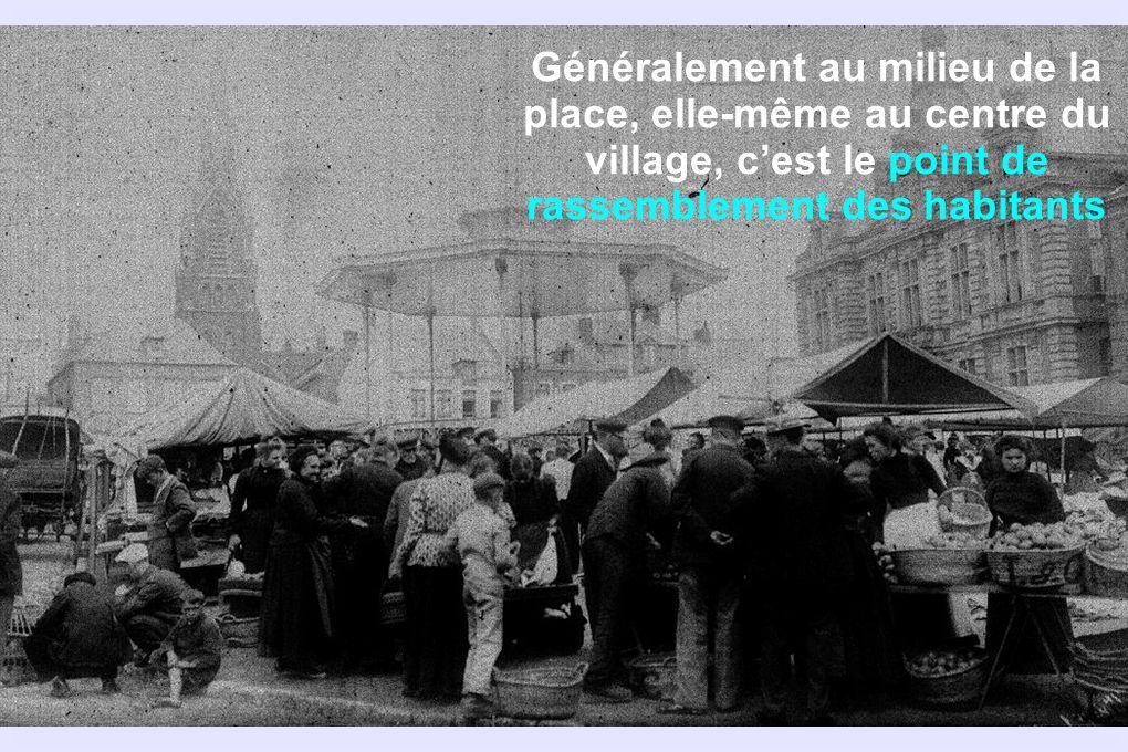 Généralement au milieu de la place, elle-même au centre du village, cest le point de rassemblement des habitants