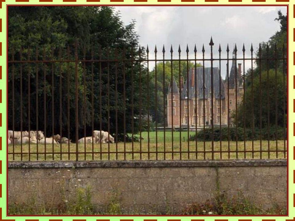 Situé à 8 km au Nord de Moulins, ce château du 15ème siècle conserve son aspect fortifié sur sa façade Est et sa tour Nord avec les traces du pont-levis de lépoque.