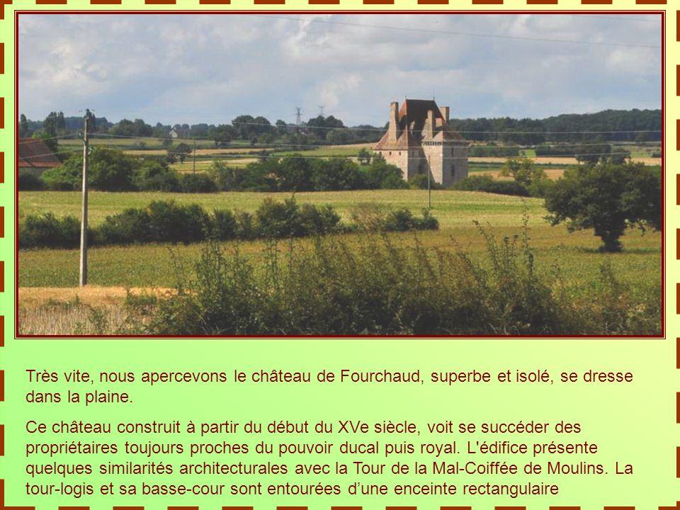 En longeant les rives de lAllier, nous saluons Moulins, dont les deux églises semblent jumelles, découpant leurs flèches sur le ciel clair…