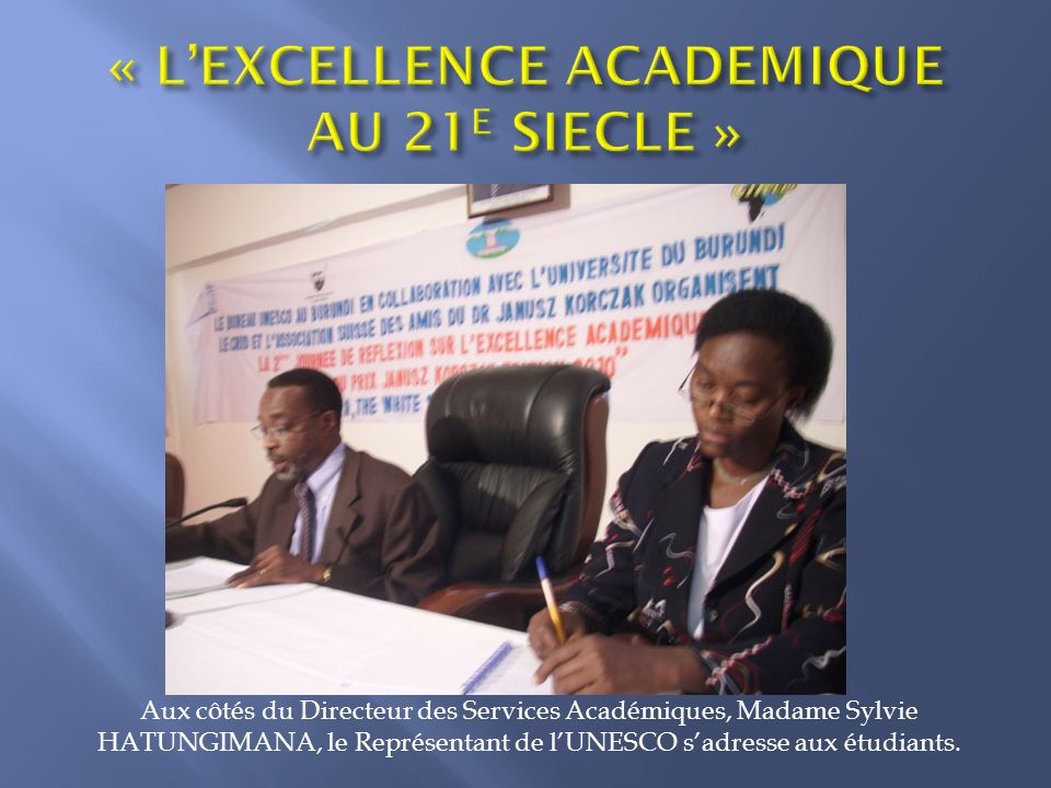 Aux côtés du Directeur des Services Académiques, Madame Sylvie HATUNGIMANA, le Représentant de lUNESCO sadresse aux étudiants.