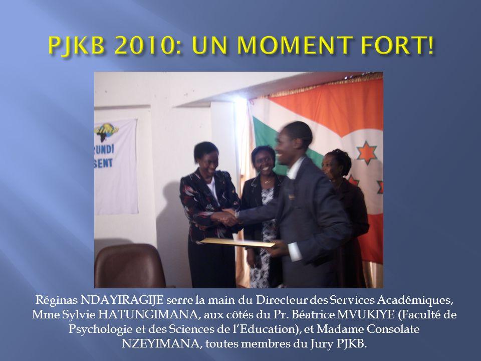 Réginas NDAYIRAGIJE serre la main du Directeur des Services Académiques, Mme Sylvie HATUNGIMANA, aux côtés du Pr.