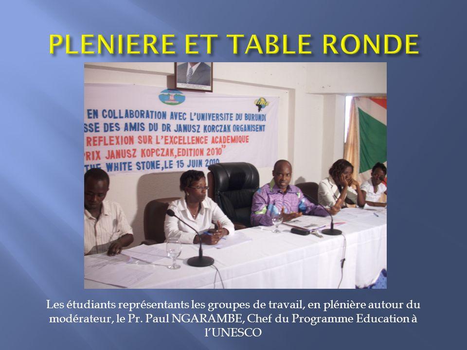 Les étudiants représentants les groupes de travail, en plénière autour du modérateur, le Pr.
