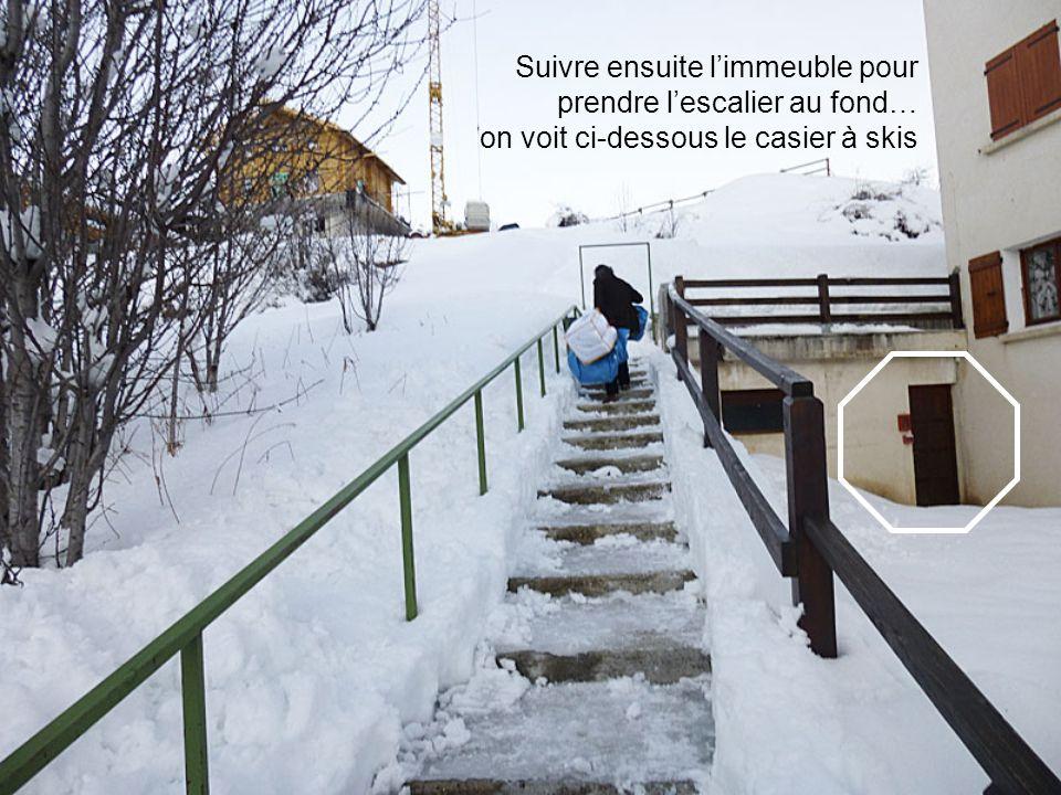 Suivre ensuite limmeuble pour prendre lescalier au fond… on voit ci-dessous le casier à skis