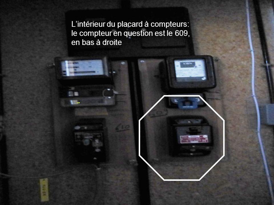 Lintérieur du placard à compteurs: le compteur en question est le 609, en bas à droite