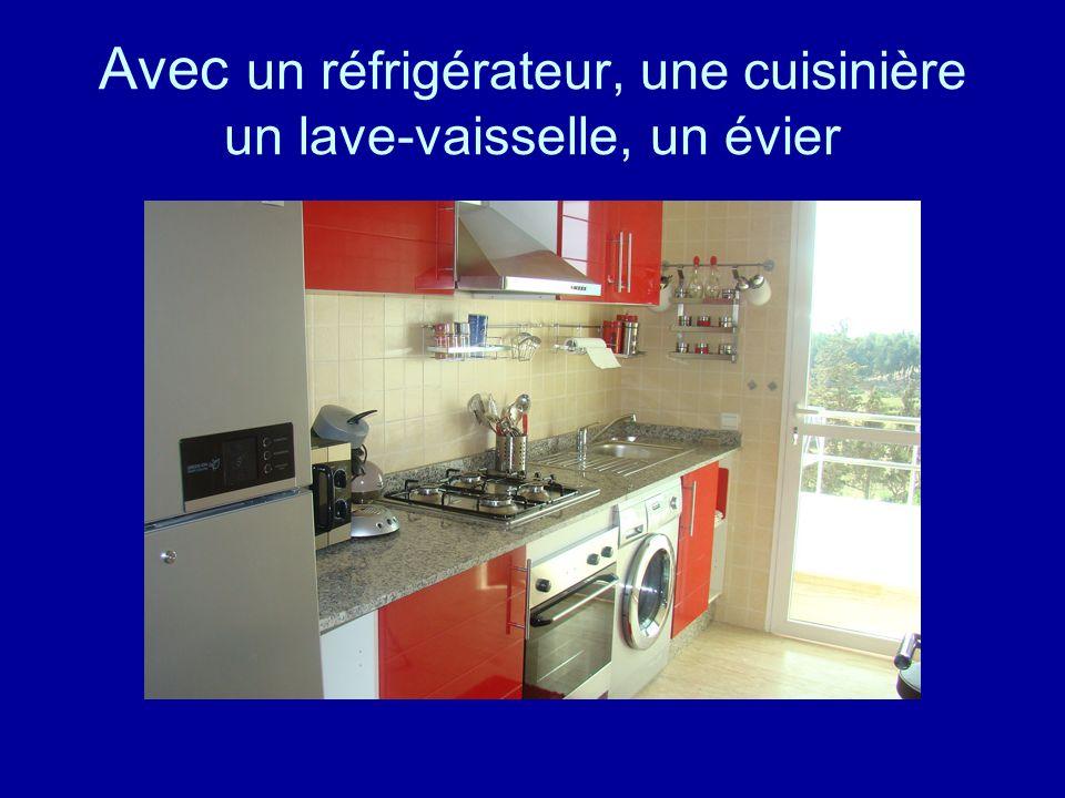 Avec un réfrigérateur, une cuisinière un lave-vaisselle,un évier