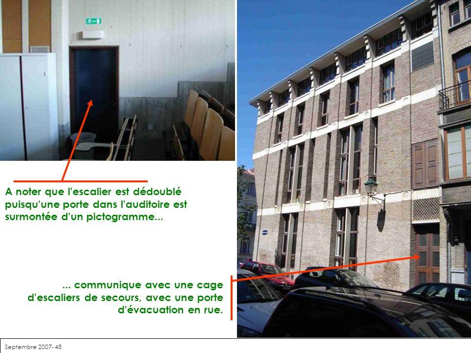 Septembre 2007- 48 A noter que l'escalier est dédoublé puisqu'une porte dans l'auditoire est surmontée d'un pictogramme...... communique avec une cage