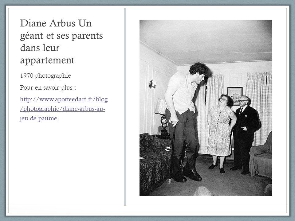 Diane Arbus Un géant et ses parents dans leur appartement 1970 photographie Pour en savoir plus : http://www.aporteedart.fr/blog /photographie/diane-a