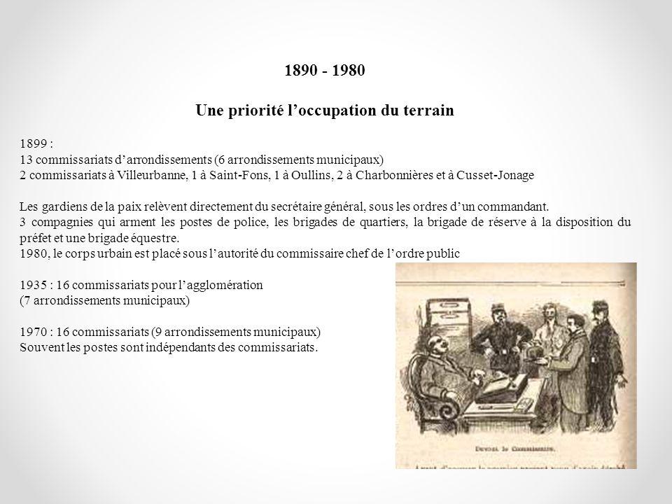 1890 - 1980 Une priorité loccupation du terrain 1899 : 13 commissariats darrondissements (6 arrondissements municipaux) 2 commissariats à Villeurbanne