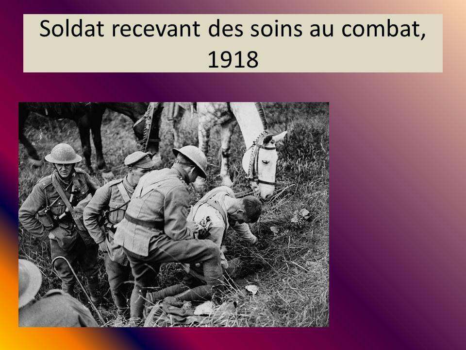 Soldat recevant des soins au combat, 1918
