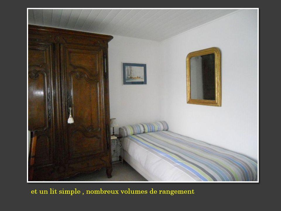et un lit simple, nombreux volumes de rangement