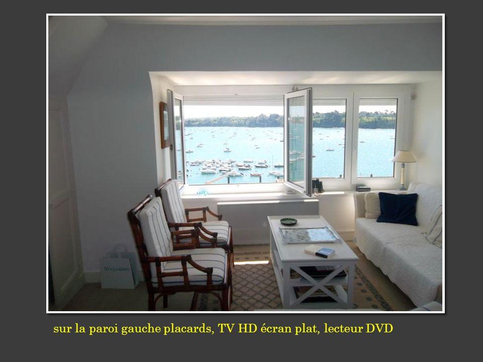 sur la paroi gauche placards, TV HD écran plat, lecteur DVD
