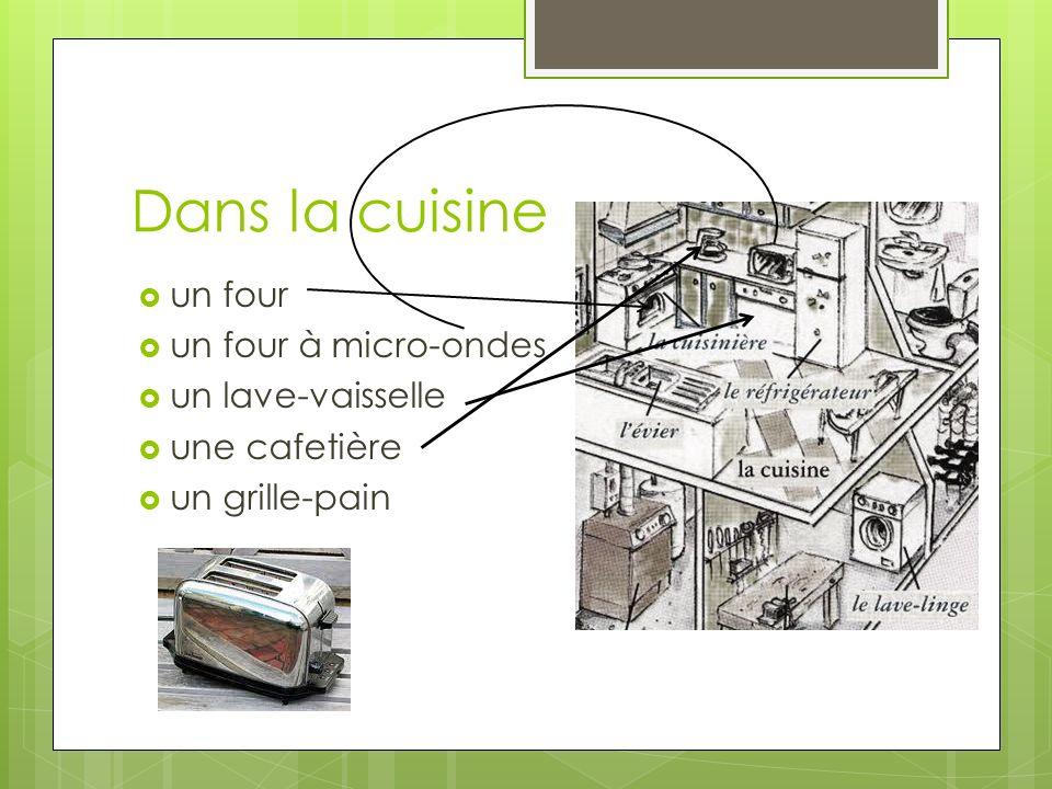 Dans la cuisine un four un four à micro-ondes un lave-vaisselle une cafetière un grille-pain