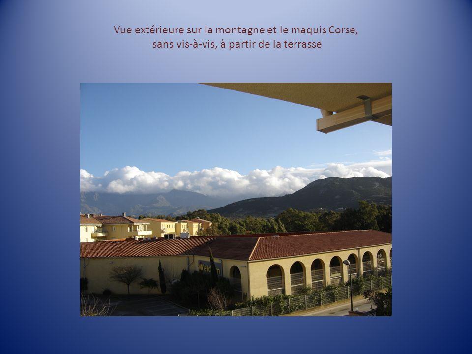 Vue extérieure sur la montagne et le maquis Corse, sans vis-à-vis, à partir de la terrasse