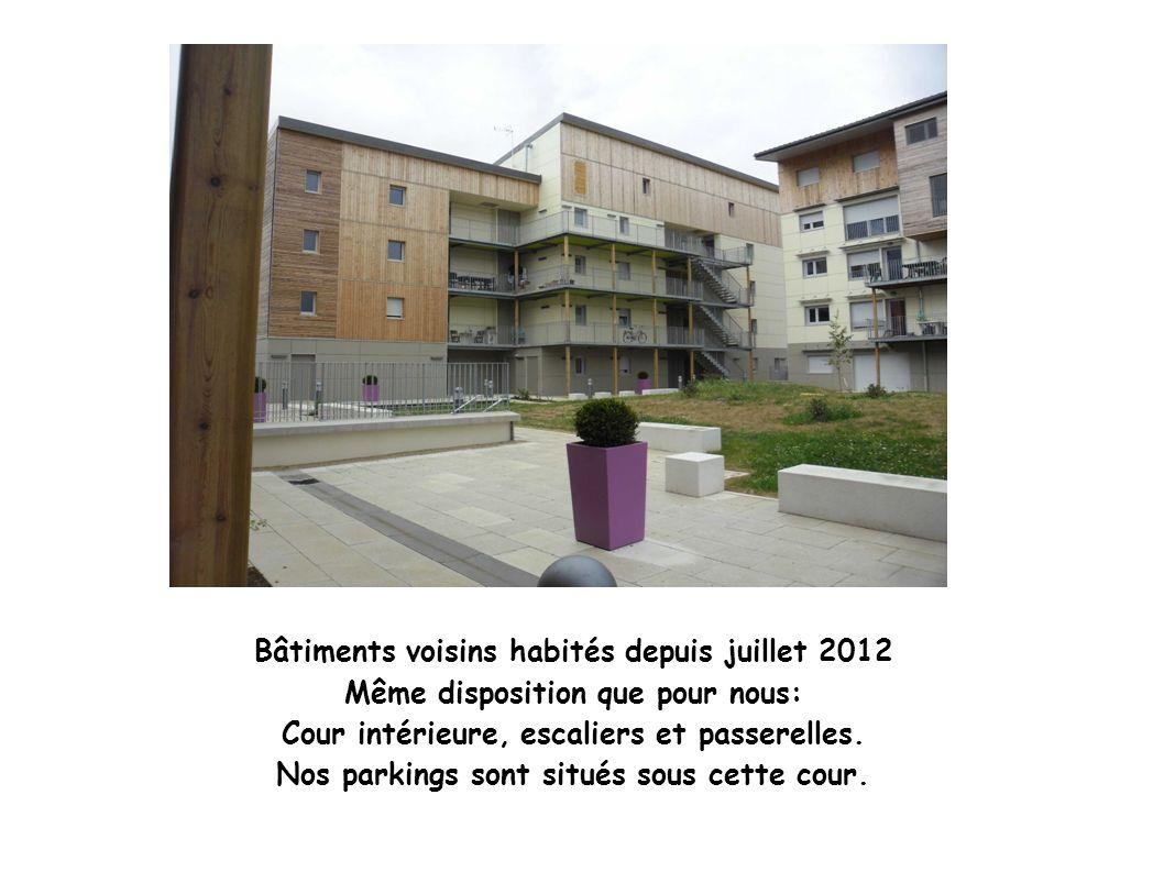 Bâtiments voisins habités depuis juillet 2012 Même disposition que pour nous: Cour intérieure, escaliers et passerelles. Nos parkings sont situés sous