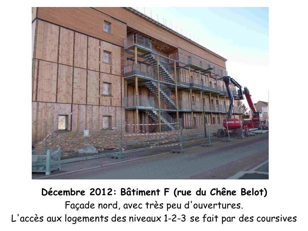 Décembre 2012: Bâtiment F (rue du Chêne Belot) Façade nord, avec très peu d'ouvertures. L'accès aux logements des niveaux 1-2-3 se fait par des coursi