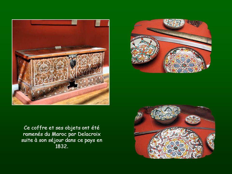 Au mur des toiles de lartiste et des pastels. Le coffre marocain a été ramené par Delacroix. Latelier