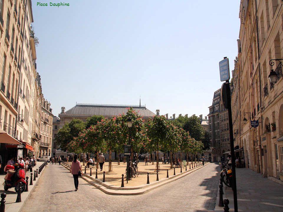 La place Dauphine fut créée par Henri IV, en 1607, en lhonneur du dauphin, le futur Louis XIII. Elle est située à lest du Pont-Neuf qui fut commencé s