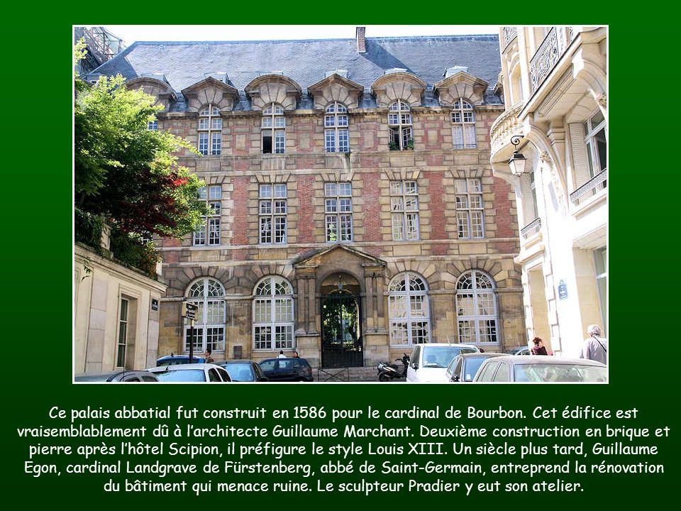 Ce palais abbatial fut construit en 1586 pour le cardinal de Bourbon.