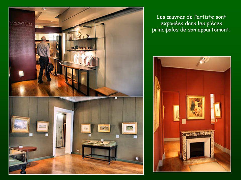 Les œuvres de lartiste sont exposées dans les pièces principales de son appartement.