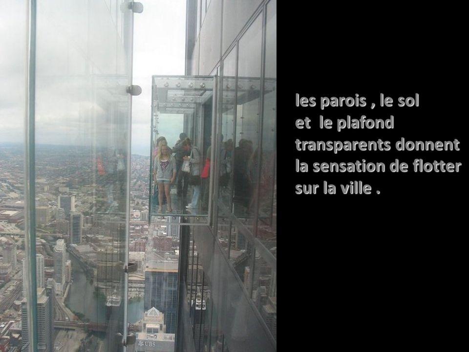 les parois, le sol et le plafond transparents donnent la sensation de flotter sur la ville.