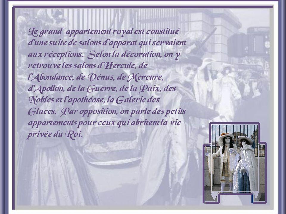 Pour assister à la messe, le Roi devait traverser un vaste salon qui faisait la transition entre les grands appartements et le lieu du culte.