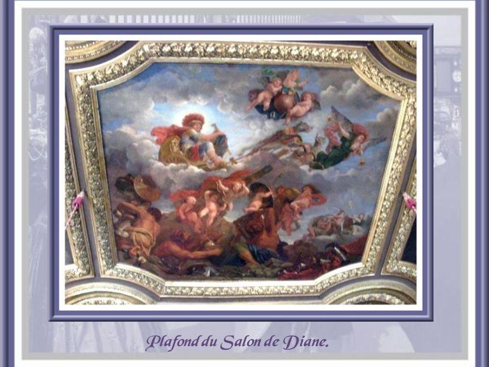 Plafond du salon dHercule, réalisé par Lemoyne. Ce salon servit de salle de bal au XVIIe siècle.