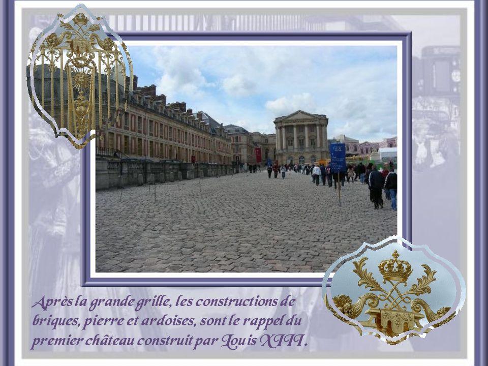 Après la grande grille, les constructions de briques, pierre et ardoises, sont le rappel du premier château construit par Louis XIII.