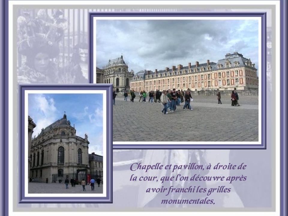La vue des bâtiments qui entourent la première cour, est beaucoup moins harmonieuse que celle de larrière, côté parc. Louis XIV voulut conserver laspe