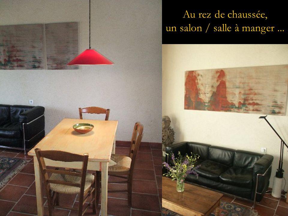 Au rez de chaussée, un salon / salle à manger...