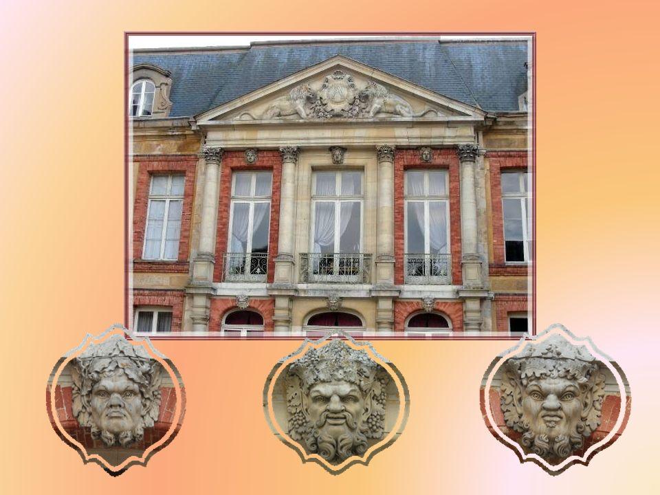 La façade est rythmée par quatre colonnes supportant un fronton sculpté. Entre les colonnes, des mascarons, tous différents. Dautres balustrades de pi