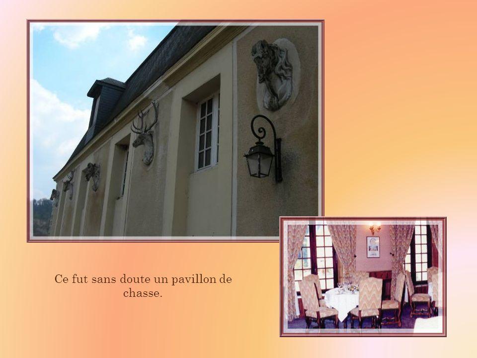 Dans lune des constructions latérales, les bâtiments de gauche abritent une salle de réception du restaurant situé dans la cour intérieure.