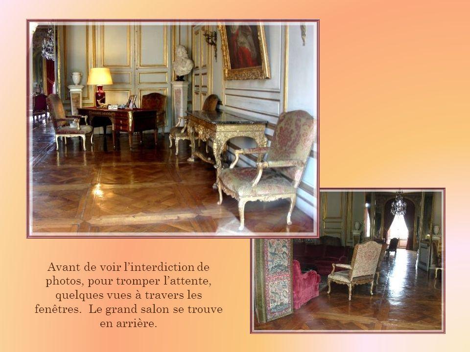 Une carte ancienne, trouvée sur Internet, nous montre le grand salon au début du XXe siècle, avec ses meubles dépoque. Il na que peu changé…