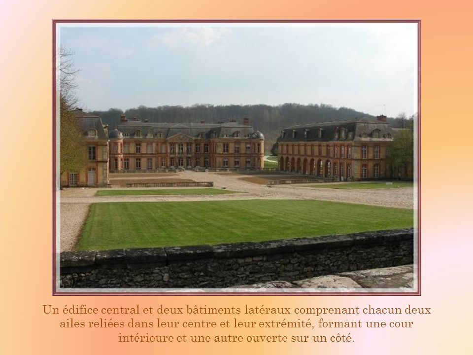Les pavillons de garde à lentrée, les doubles balustrades délimitant les douves et lun des pavillons latéraux.