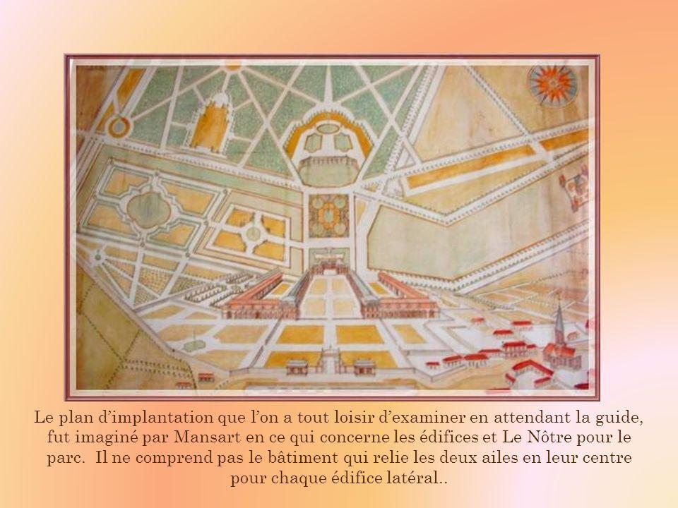 Une grille majestueuse a été installée à lentrée au XVIIIe siècle. De là, on peut admirer lélégante construction de style classique, légèrement ocrée
