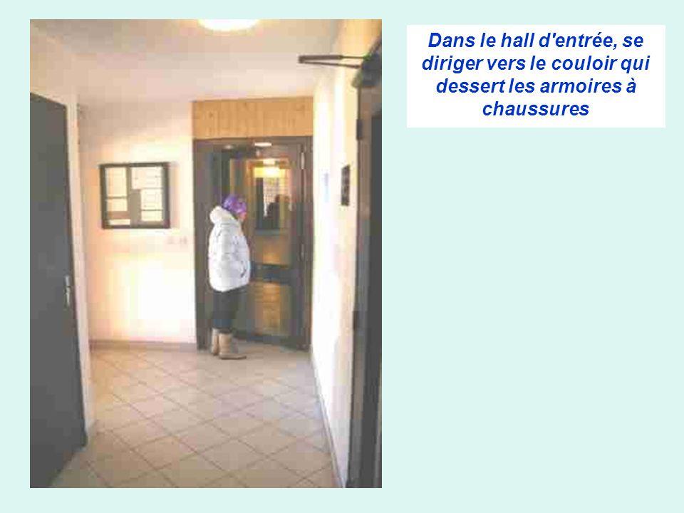 Dans le hall d'entrée, se diriger vers le couloir qui dessert les armoires à chaussures