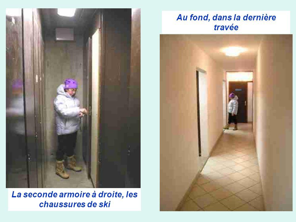 Au fond, dans la dernière travée La seconde armoire à droite, les chaussures de ski