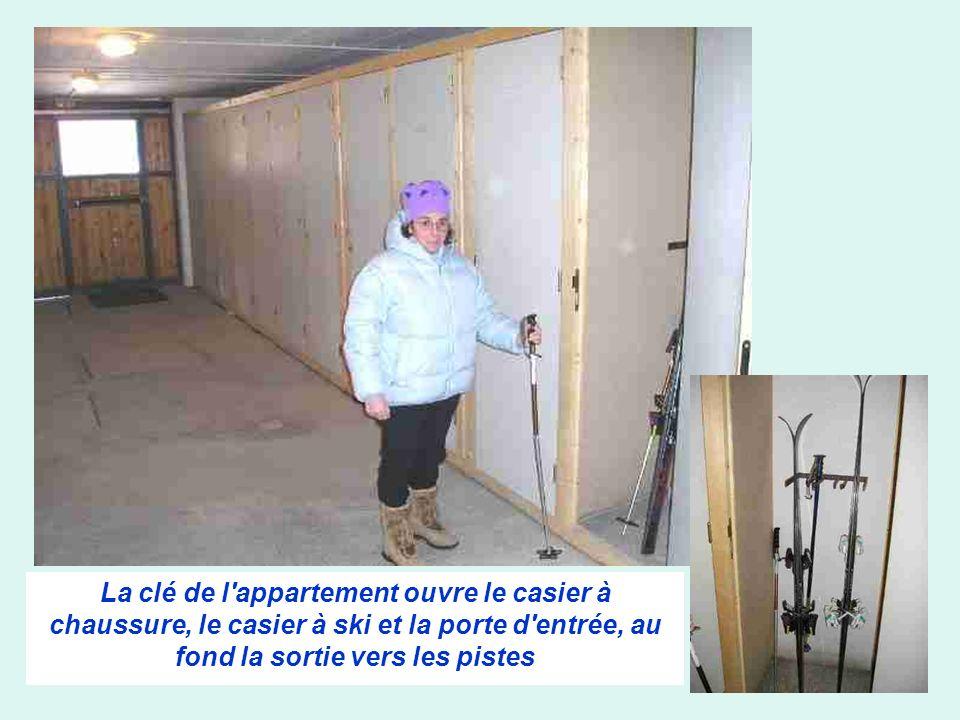 La clé de l'appartement ouvre le casier à chaussure, le casier à ski et la porte d'entrée, au fond la sortie vers les pistes