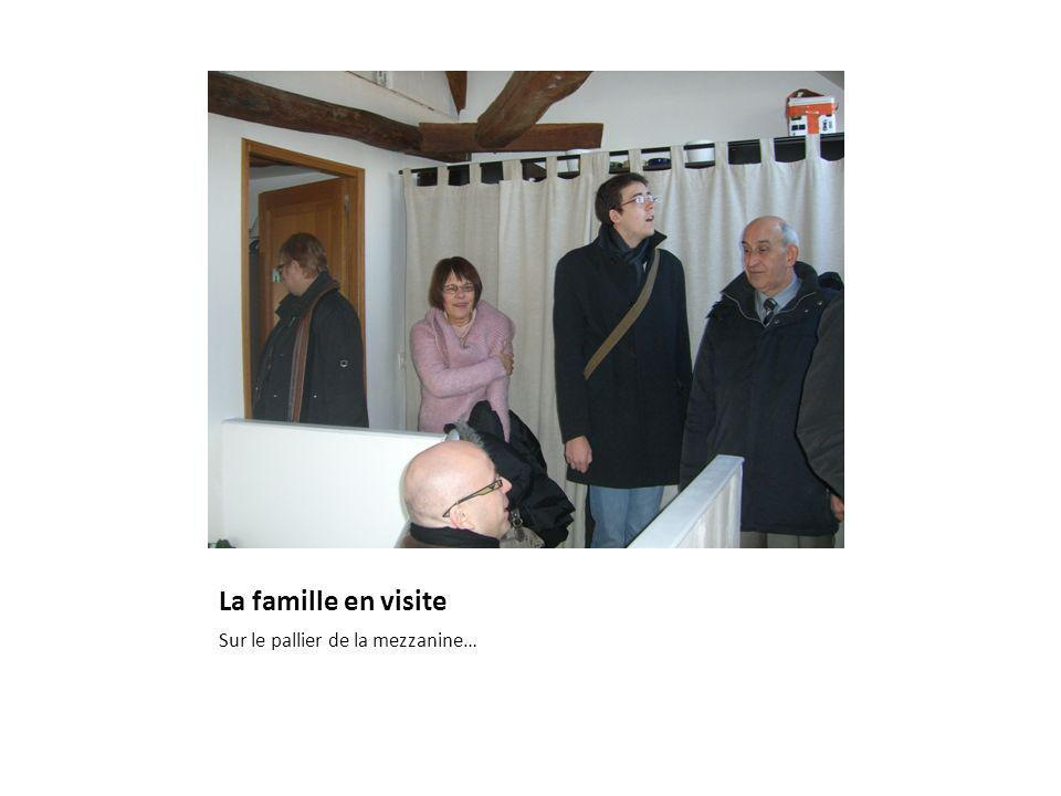 La famille en visite Sur le pallier de la mezzanine…