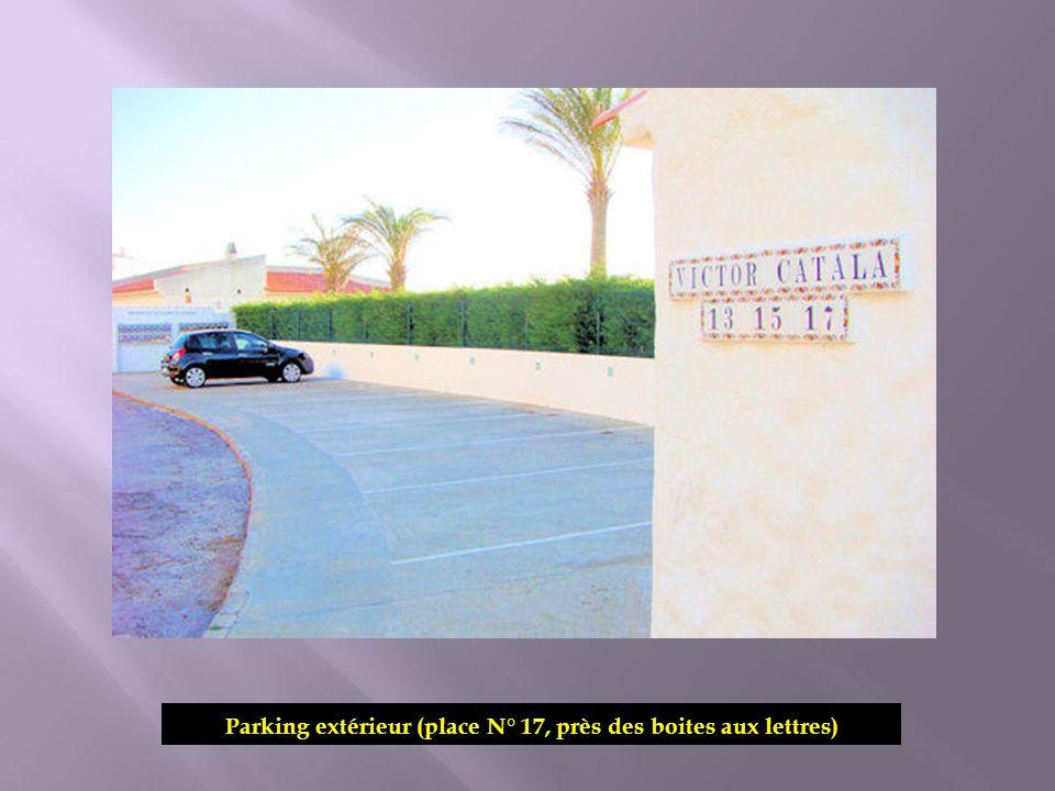 Parking extérieur (place N° 17, près des boites aux lettres)