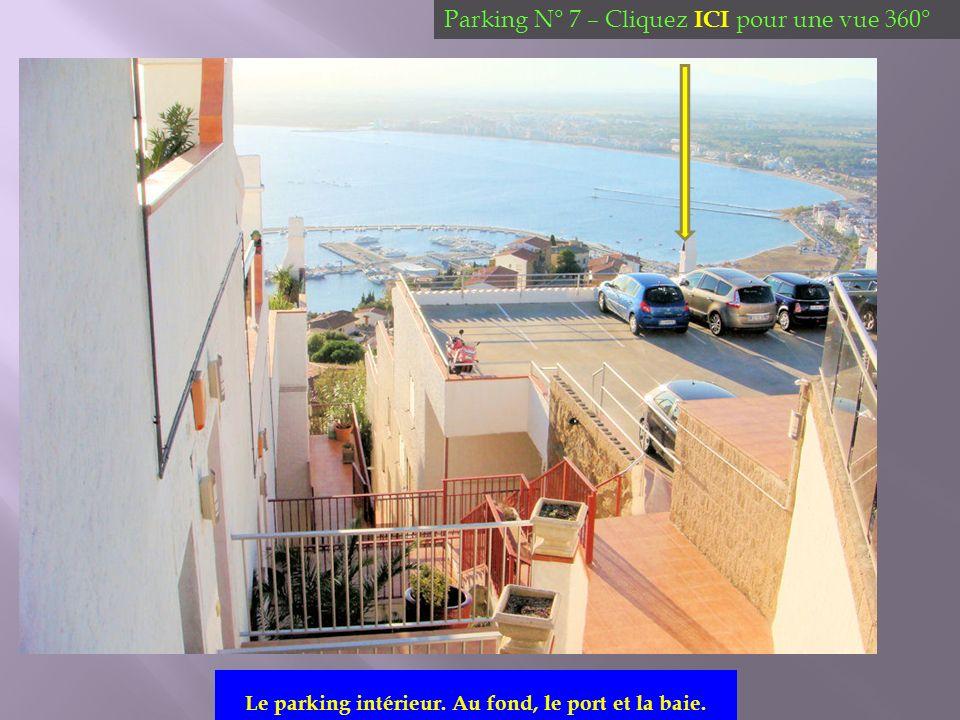 Le parking intérieur. Au fond, le port et la baie. Parking N° 7 – Cliquez ICI pour une vue 360°