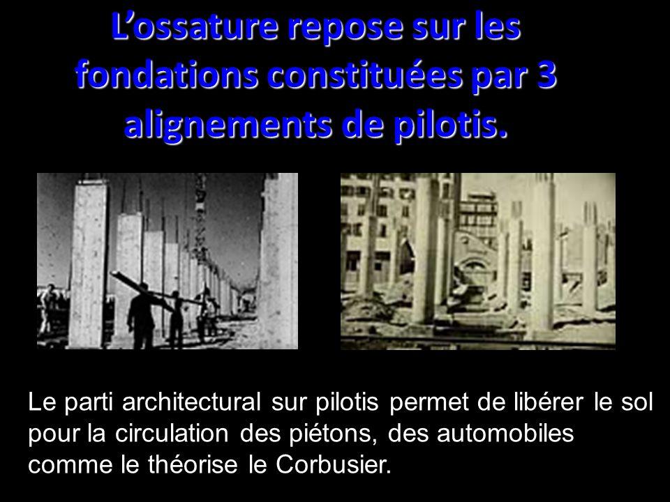 Lossature repose sur les fondations constituées par 3 alignements de pilotis. Le parti architectural sur pilotis permet de libérer le sol pour la circ