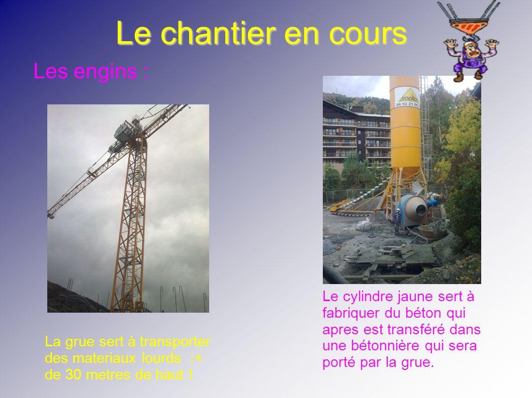 Le chantier en cours La grue sert à transporter des materiaux lourds :+ de 30 metres de haut ! Le cylindre jaune sert à fabriquer du béton qui apres e