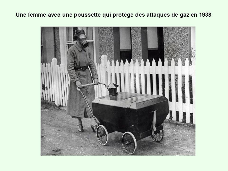 Une cage pour bébé utilisée pour lui donner suffisamment de lumière naturelle et dair quand on vit en appartement, en 1937