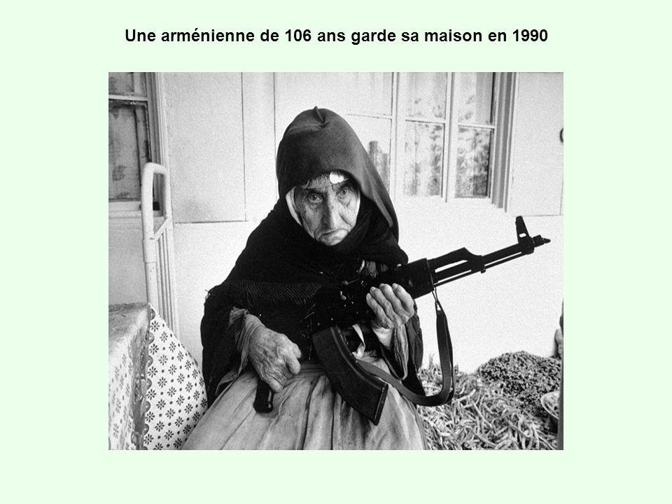 Une arménienne de 106 ans garde sa maison en 1990