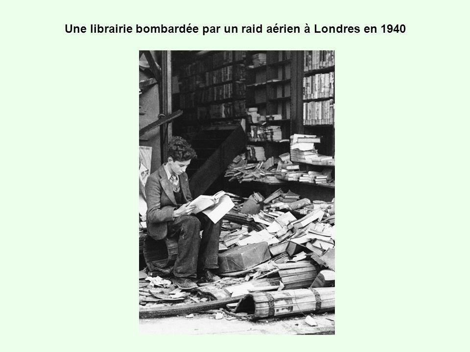 Une librairie bombardée par un raid aérien à Londres en 1940