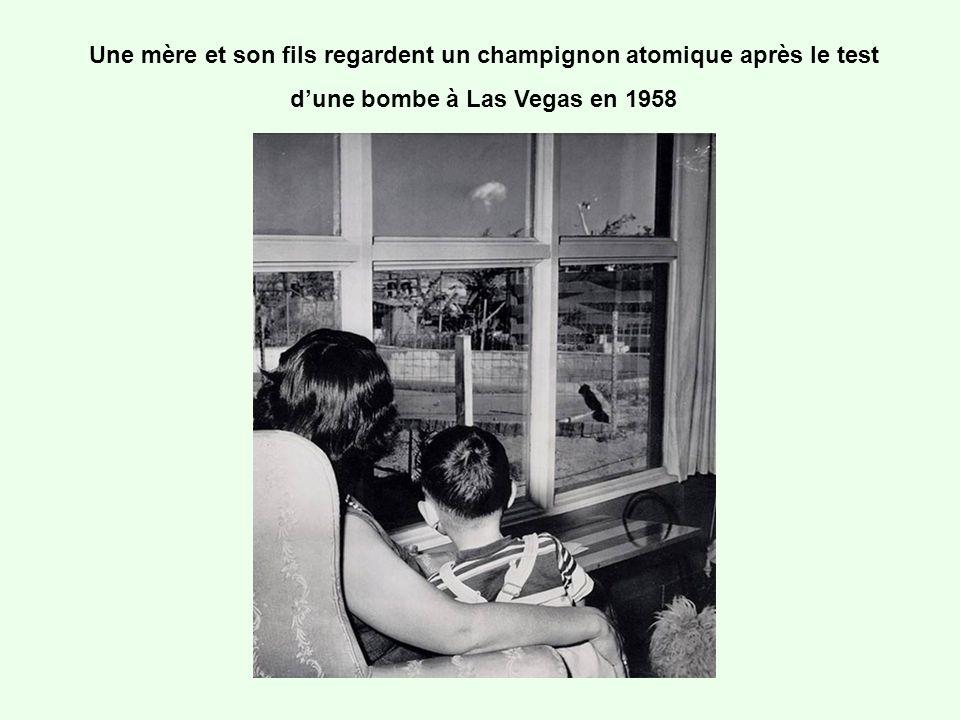 Une mère et son fils regardent un champignon atomique après le test dune bombe à Las Vegas en 1958
