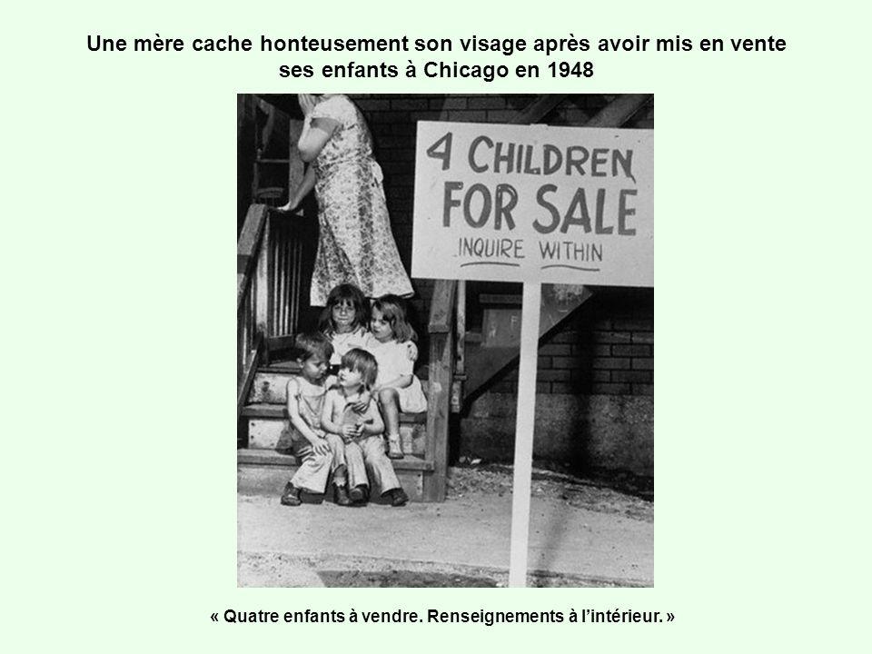 Une mère cache honteusement son visage après avoir mis en vente ses enfants à Chicago en 1948 « Quatre enfants à vendre. Renseignements à lintérieur.