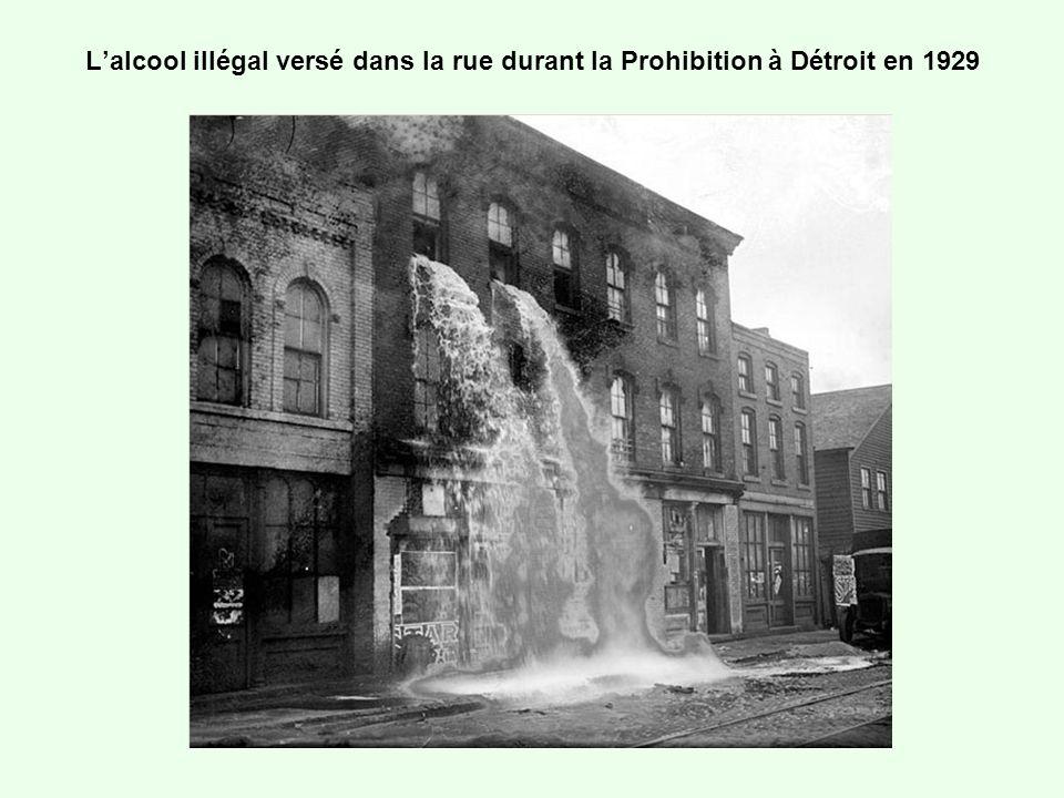 Lalcool illégal versé dans la rue durant la Prohibition à Détroit en 1929